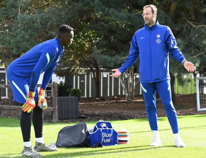 Lạ lùng: Giám đốc Petr Cech tái xuất… làm thủ môn Chelsea - Ảnh 4.