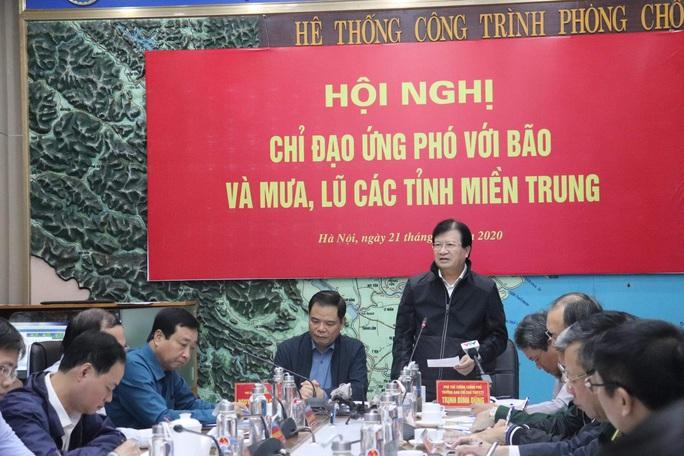Phó Thủ tướng: Nhiệm vụ số 1 là tập trung cứu trợ cho người dân miền Trung - Ảnh 1.