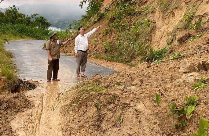 Nghệ An xuất hiện nhiều điểm sạt lở núi, khẩn cấp di dời dân - Ảnh 1.