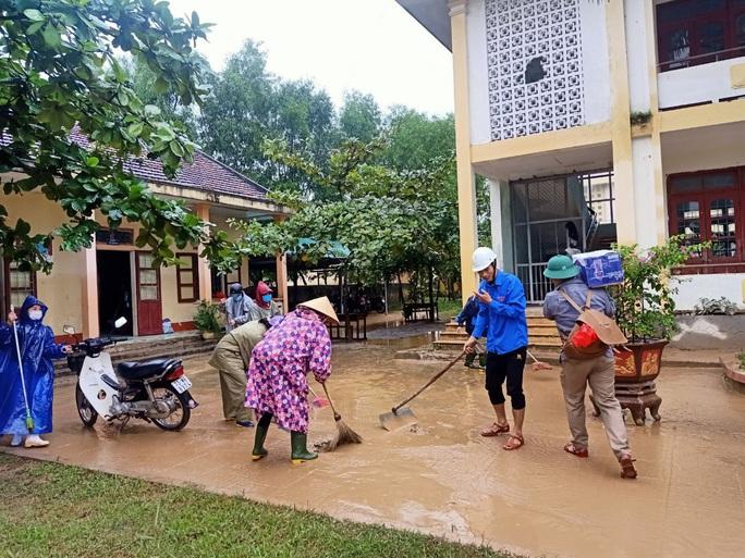 """Quảng Bình: Rác thải, bùn đất chất từng lớp 'bủa vây"""" trường lớp sau khi lũ rút - Ảnh 6."""