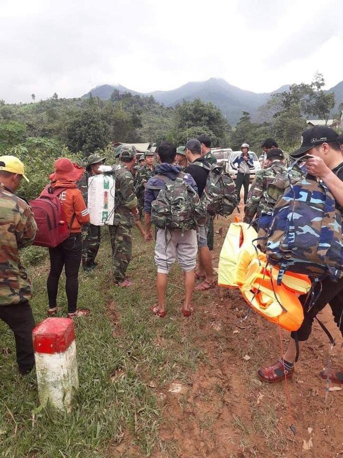 Trực thăng thả hàng cứu trợ, bác sĩ cắt rừng vào xã bị cô lập vì sạt lở kinh hoàng ở Quảng Trị - Ảnh 1.