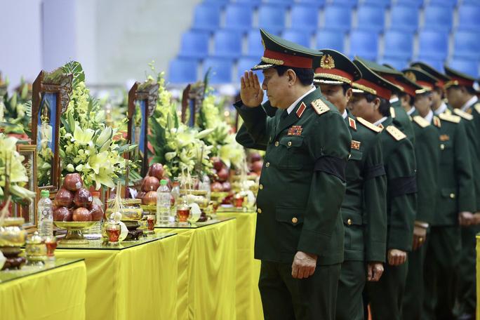 Hình ảnh trực tiếp lễ viếng, truy điệu 22 cán bộ, chiến sĩ bị vùi lấp ở Quảng Trị - Ảnh 10.