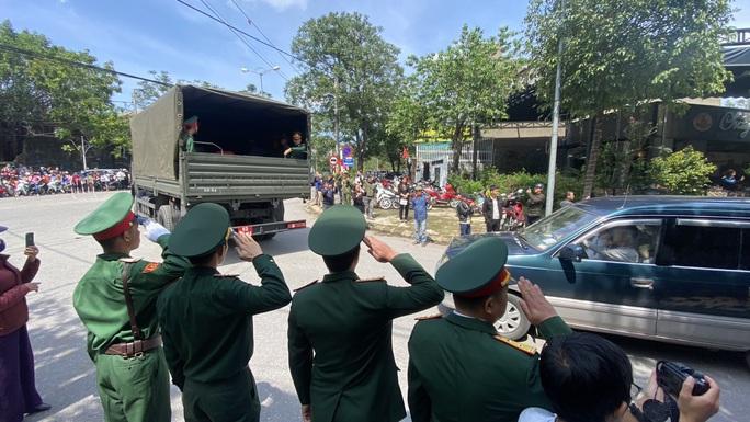 Hình ảnh xúc động lễ truy điệu 22 cán bộ, chiến sĩ hy sinh ở Quảng Trị - Ảnh 12.