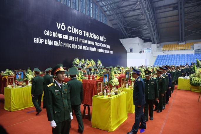 Hình ảnh trực tiếp lễ viếng, truy điệu 22 cán bộ, chiến sĩ bị vùi lấp ở Quảng Trị - Ảnh 11.
