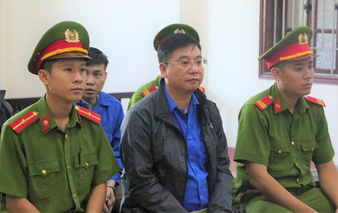 Vụ gian lận điểm thi Hòa Bình: Cựu Trưởng phòng Công an tỉnh được giảm án - Ảnh 1.