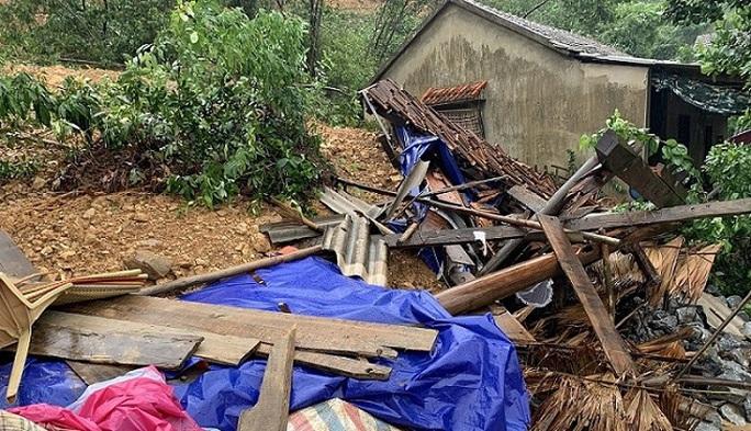 Quảng Bình: Núi Ba Cồn bị sạt lở vùi lấp nhà, hàng trăm người dân tháo chạy trong đêm - Ảnh 2.