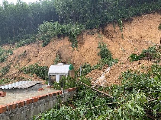 Quảng Bình: Núi Ba Cồn bị sạt lở vùi lấp nhà, hàng trăm người dân tháo chạy trong đêm - Ảnh 4.