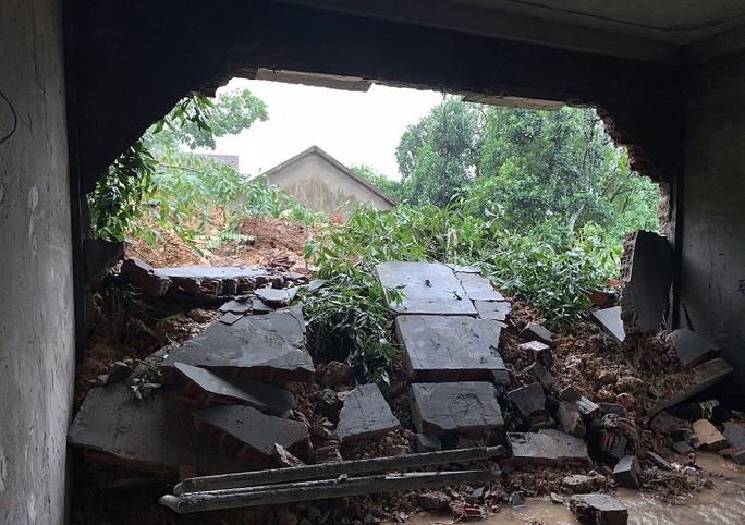 Quảng Bình: Núi Ba Cồn bị sạt lở vùi lấp nhà, hàng trăm người dân tháo chạy trong đêm - Ảnh 3.