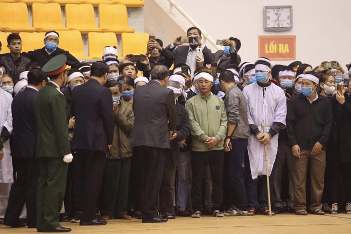 Hình ảnh trực tiếp lễ viếng, truy điệu 22 cán bộ, chiến sĩ bị vùi lấp ở Quảng Trị - Ảnh 9.