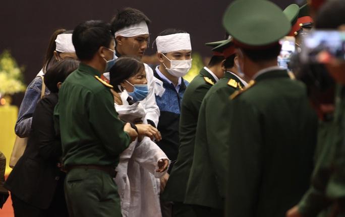 Hình ảnh xúc động lễ truy điệu 22 cán bộ, chiến sĩ hy sinh ở Quảng Trị - Ảnh 8.