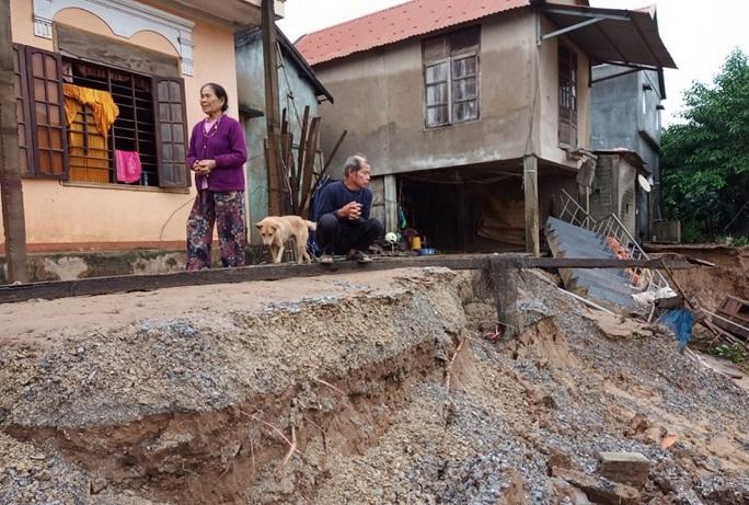 Quảng Bình: Núi Ba Cồn bị sạt lở vùi lấp nhà, hàng trăm người dân tháo chạy trong đêm - Ảnh 7.
