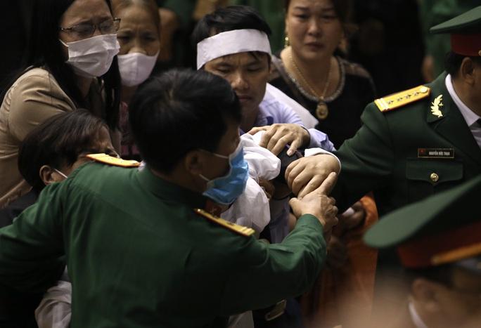 Hình ảnh xúc động lễ truy điệu 22 cán bộ, chiến sĩ hy sinh ở Quảng Trị - Ảnh 9.