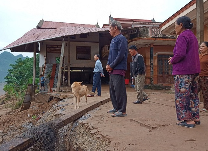 Quảng Bình: Núi Ba Cồn bị sạt lở vùi lấp nhà, hàng trăm người dân tháo chạy trong đêm - Ảnh 6.