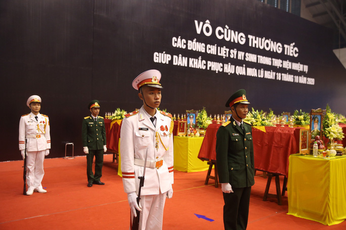 Hình ảnh trực tiếp lễ viếng, truy điệu 22 cán bộ, chiến sĩ bị vùi lấp ở Quảng Trị - Ảnh 14.