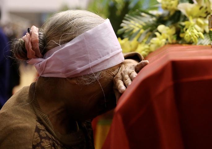Hình ảnh trực tiếp lễ viếng, truy điệu 22 cán bộ, chiến sĩ bị vùi lấp ở Quảng Trị - Ảnh 8.