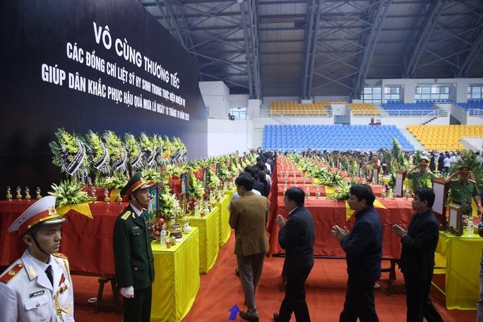 Hình ảnh trực tiếp lễ viếng, truy điệu 22 cán bộ, chiến sĩ bị vùi lấp ở Quảng Trị - Ảnh 21.