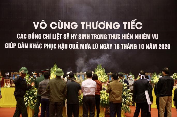 Hình ảnh trực tiếp lễ viếng, truy điệu 22 cán bộ, chiến sĩ bị vùi lấp ở Quảng Trị - Ảnh 13.