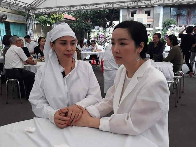 Việt Trinh, Giáng My đến chia buồn cùng Lý Hùng, Lý Hương - Ảnh 3.
