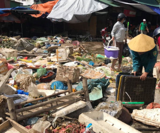 """CLIP: Nước rút, tiểu thương chợ Hà Tĩnh """"chết lặng"""" vì hàng trăm tấn hàng biến thành rác - Ảnh 6."""