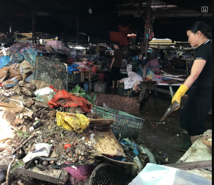 """CLIP: Nước rút, tiểu thương chợ Hà Tĩnh """"chết lặng"""" vì hàng trăm tấn hàng biến thành rác - Ảnh 8."""