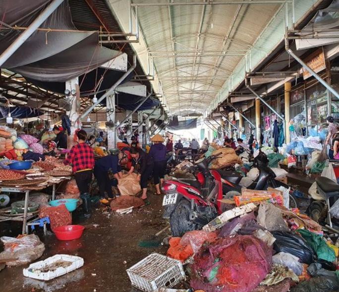 """CLIP: Nước rút, tiểu thương chợ Hà Tĩnh """"chết lặng"""" vì hàng trăm tấn hàng biến thành rác - Ảnh 9."""