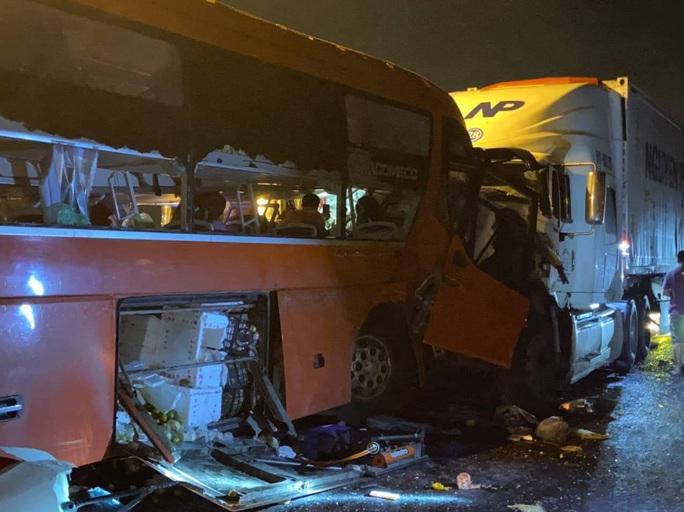 Bắt tạm giam tài xế xe khách vượt ẩu khiến 2 người chết, 35 người bị thương - Ảnh 1.