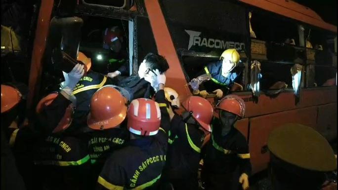 Bắt tạm giam tài xế xe khách vượt ẩu khiến 2 người chết, 35 người bị thương - Ảnh 2.