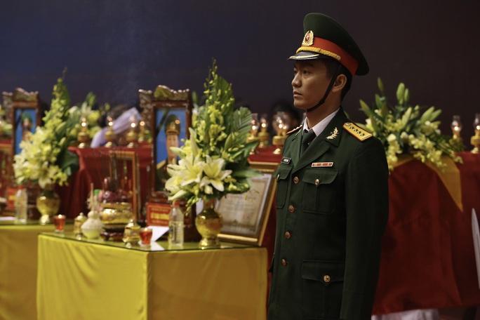 Hình ảnh trực tiếp lễ viếng, truy điệu 22 cán bộ, chiến sĩ bị vùi lấp ở Quảng Trị - Ảnh 15.