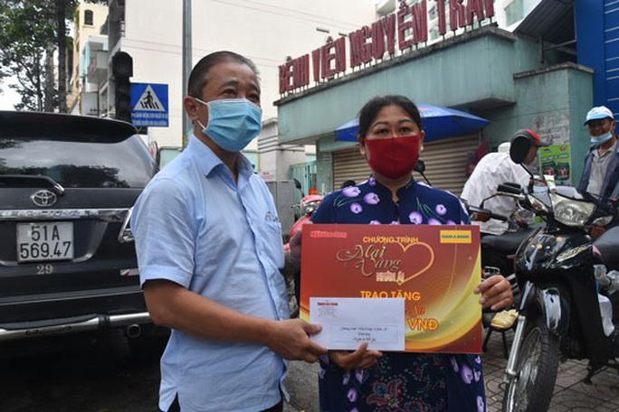 Mai Vàng nhân ái thăm nghệ sĩ Hề Sa, nhà văn Minh Khoa - Ảnh 2.