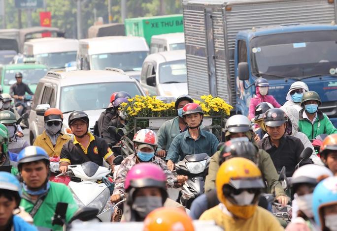 Ùn tắc triền miên quanh sân bay Tân Sơn Nhất - Ảnh 1.