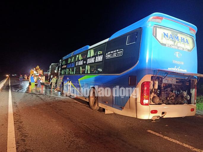 Xe khách tông vào đuôi xe tải, 15 người thương vong - Ảnh 2.