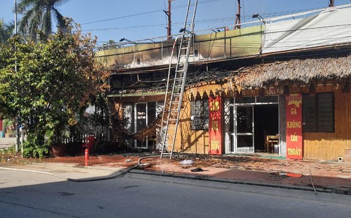 Đốt cỏ, lửa bén cháy 2 nhà hàng Mù Cang Chải và Gà Mạnh Hoạch - Ảnh 1.