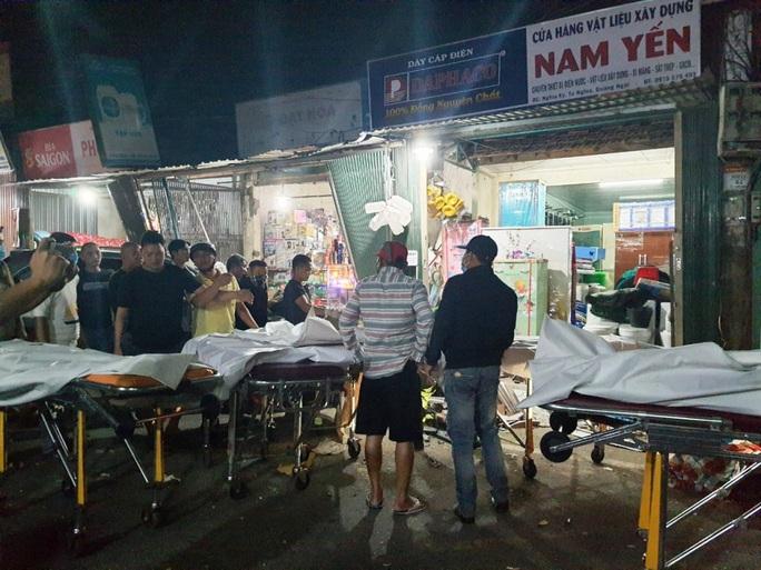 Ôtô tải nổ lốp, mất lái tông vào 4 nhà dân làm 3 người chết, 4 bị thương - Ảnh 1.