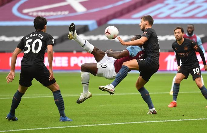 Man City thoát hiểm trước West Ham, tiếp tục văng Top 10 - Ảnh 3.