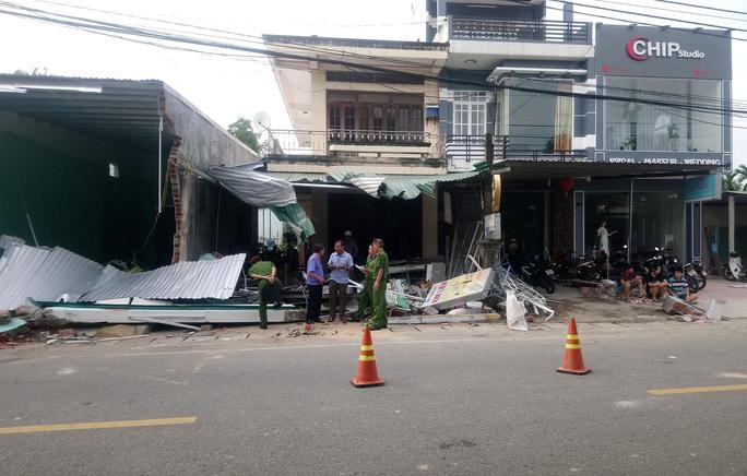 Hiện trường kinh hoàng vụ tai nạn ô tô lao vào nhà dân làm 3 người chết, 3 người bị thương ở Quảng Ngãi - Ảnh 4.