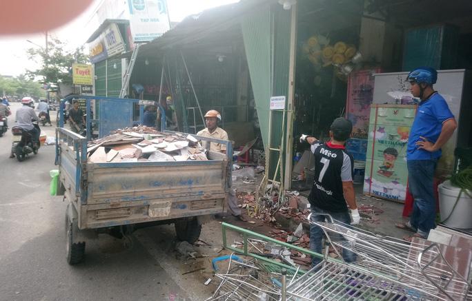 Hiện trường kinh hoàng vụ tai nạn ô tô lao vào nhà dân làm 3 người chết, 3 người bị thương ở Quảng Ngãi - Ảnh 7.