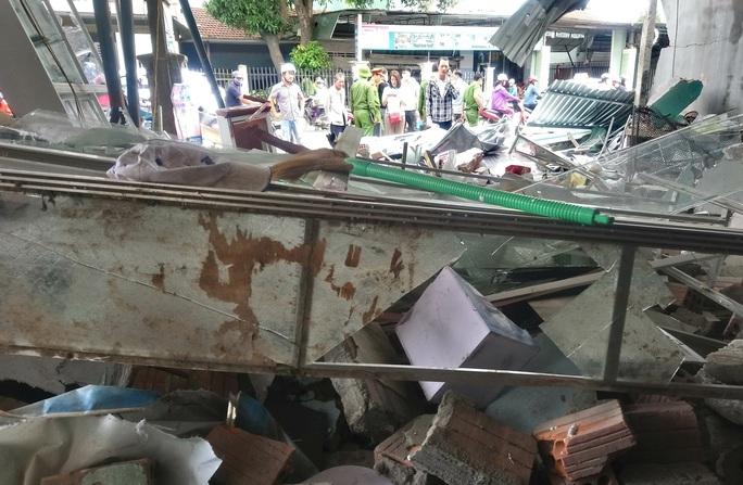 Hiện trường kinh hoàng vụ tai nạn ô tô lao vào nhà dân làm 3 người chết, 3 người bị thương ở Quảng Ngãi - Ảnh 6.