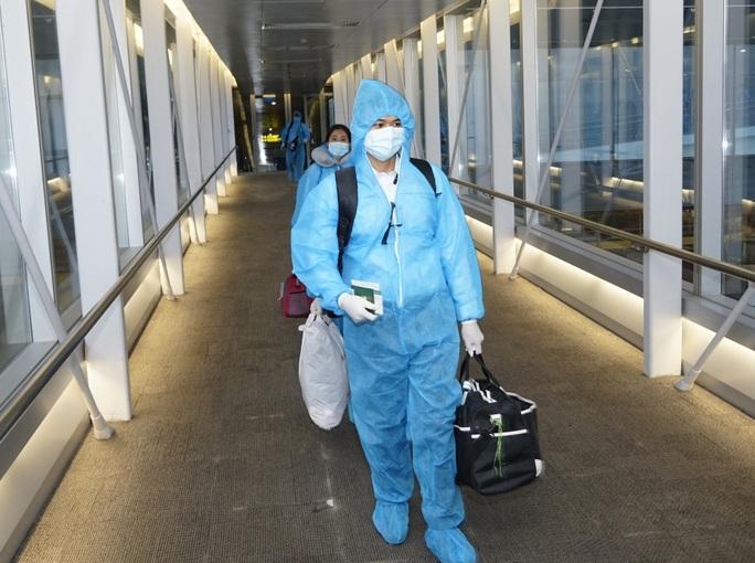 Thêm 8 ca mắc Covid-19, Bộ Y tế yêu cầu giám sát chặt người nhập cảnh - Ảnh 2.