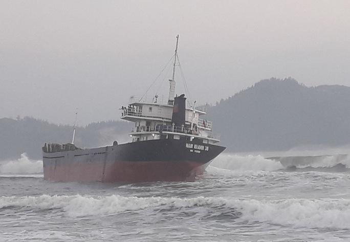 Tàu hàng mất hệ thống điện, bị mắc cạn do va phải đá ngầm - Ảnh 1.