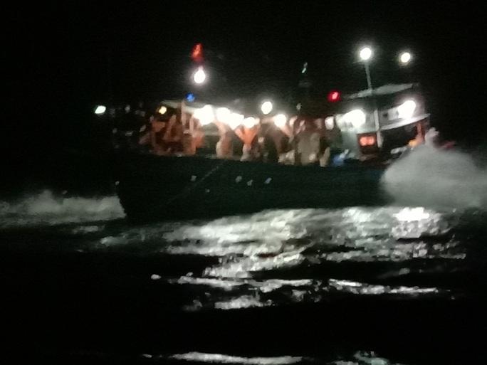 Tàu cá cùng 9 ngư dân bị mắc cạn ở Lý Sơn, nguy cơ bị sóng biển đánh chìm - Ảnh 1.