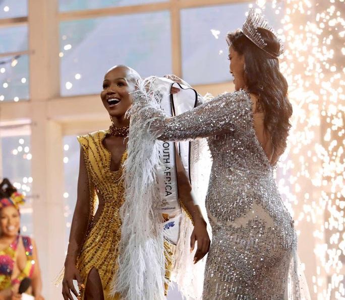 Hoa hậu Nam Phi trọc đầu đoạt mưa giải thưởng - Ảnh 2.