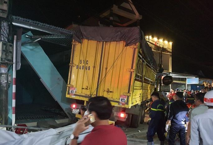 Hiện trường kinh hoàng vụ tai nạn ô tô lao vào nhà dân làm 3 người chết, 3 người bị thương ở Quảng Ngãi - Ảnh 3.