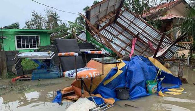 Bão Molave tàn phá một phần Philippines, hướng đến Việt Nam - Ảnh 1.