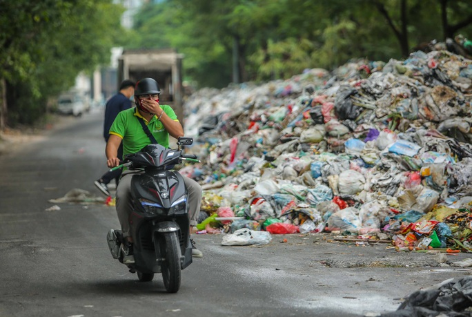 CLIP: Cận cảnh rác ùn ứ, chất thành đống bốc mùi khắp nội thành Hà Nội - Ảnh 2.