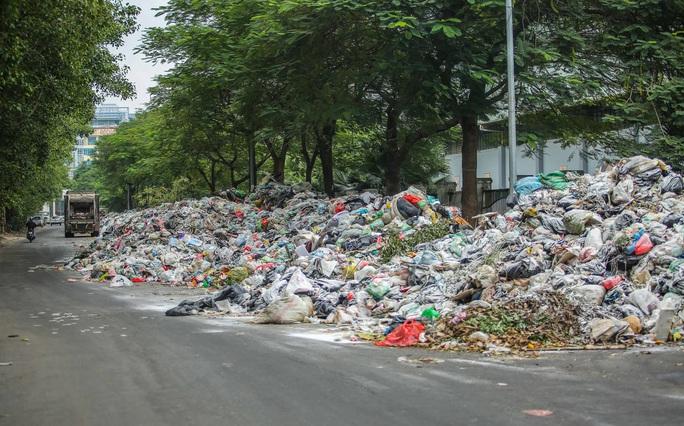 CLIP: Cận cảnh rác ùn ứ, chất thành đống bốc mùi khắp nội thành Hà Nội - Ảnh 6.