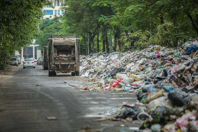 CLIP: Cận cảnh rác ùn ứ, chất thành đống bốc mùi khắp nội thành Hà Nội - Ảnh 7.