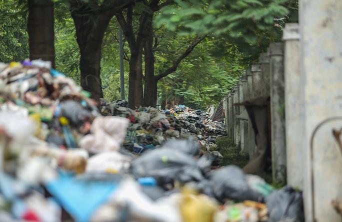 CLIP: Cận cảnh rác ùn ứ, chất thành đống bốc mùi khắp nội thành Hà Nội - Ảnh 8.