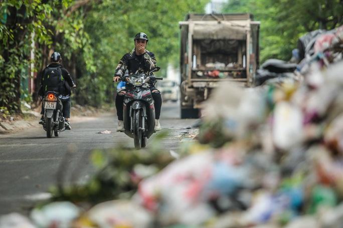 CLIP: Cận cảnh rác ùn ứ, chất thành đống bốc mùi khắp nội thành Hà Nội - Ảnh 5.