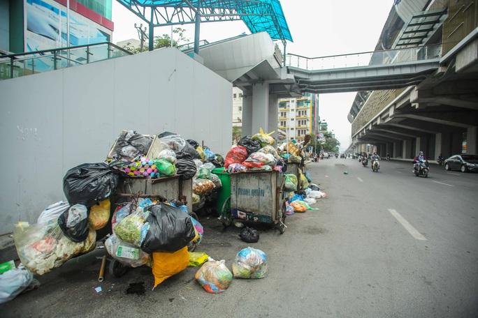 CLIP: Cận cảnh rác ùn ứ, chất thành đống bốc mùi khắp nội thành Hà Nội - Ảnh 10.