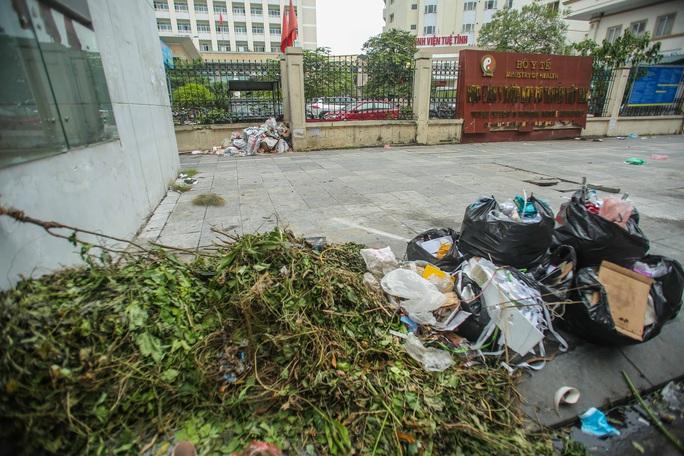 CLIP: Cận cảnh rác ùn ứ, chất thành đống bốc mùi khắp nội thành Hà Nội - Ảnh 11.